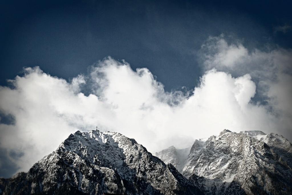 Zăpadă pe creste în Bușteni